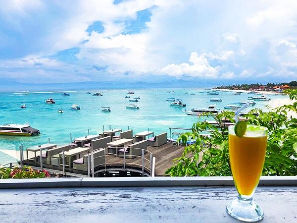 レンボンガン島の綺麗な海と爽やかなジュース