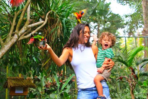 鳥を怖がる子供と笑うお母さん