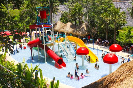 子供用のプールで遊ぶ子供たち