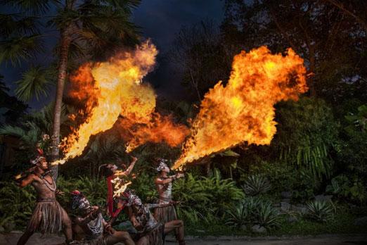 ファイヤーダンスショーで火を噴くダンサーたち