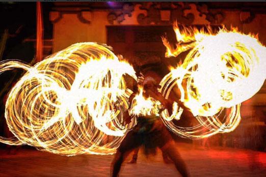 炎を巧みに操るダンサー