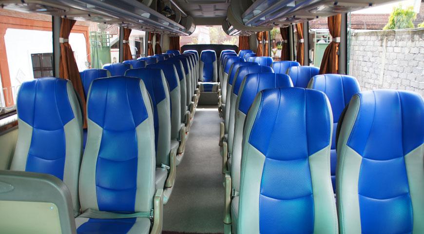 カーチャーターで使用する大型バスの内部