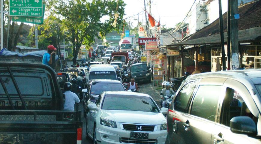 バリ島の道を行き来する沢山の車とバイク