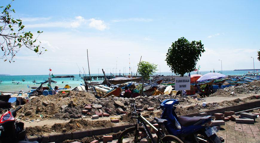 ジンバランの魚市場から見る海