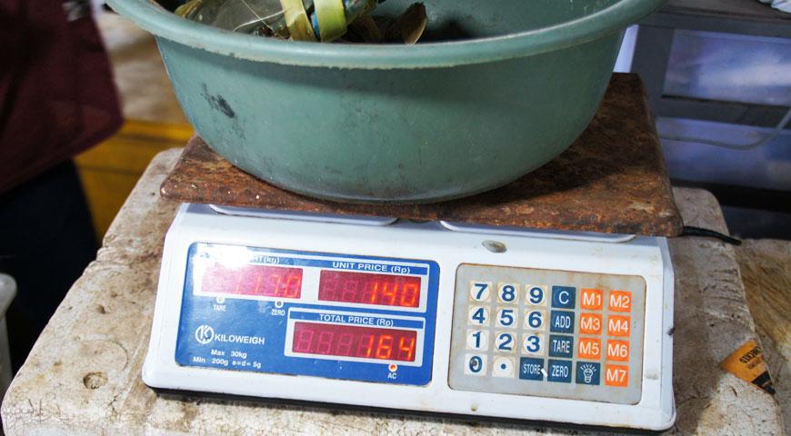 1kgと表示された計り台
