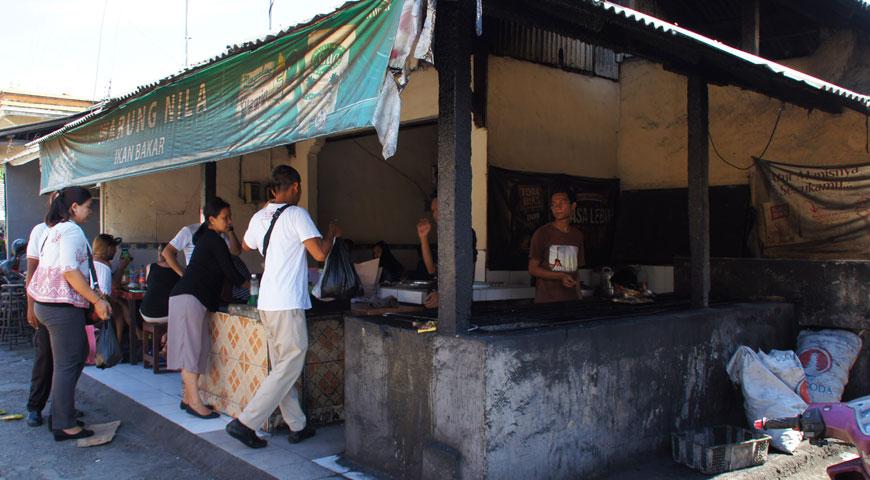 ワルンニラに食材を持ち込むスナリのスタッフとお店の人