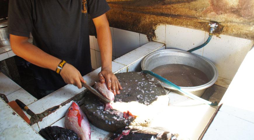 魚を捌くスタッフB
