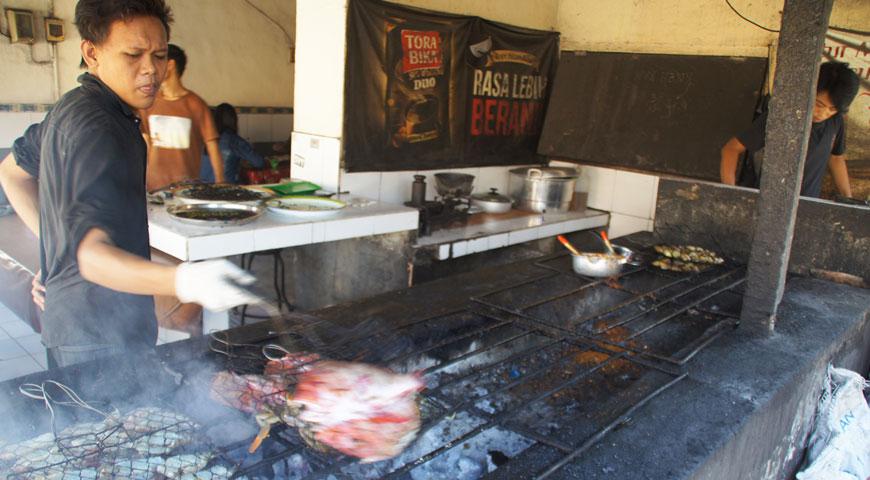 素早く魚を焼き場に置くスタッフA