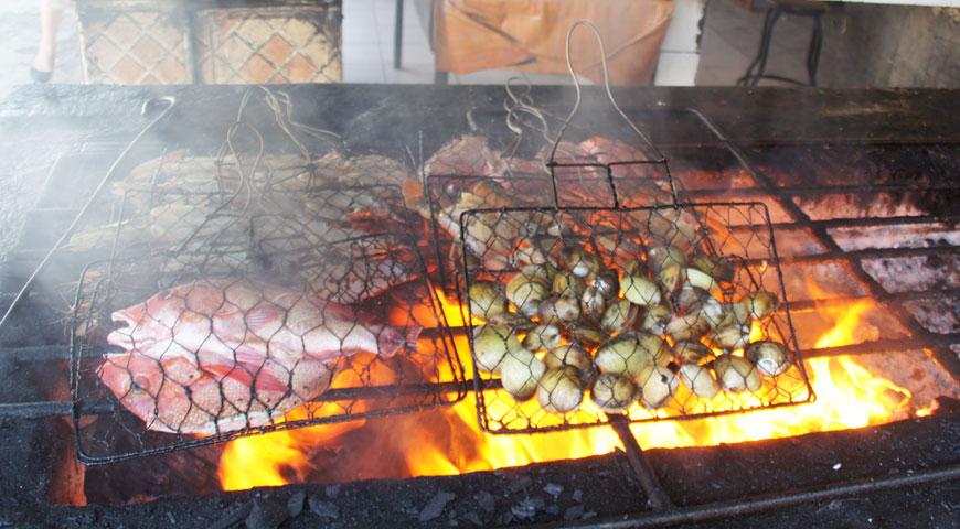 炎に包まれる魚介類