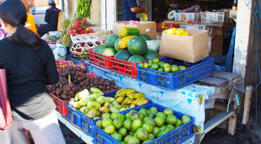 ワルンニラの横にある野菜や果物が並ぶお店