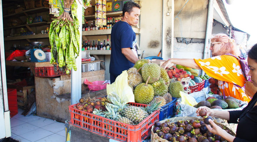 果物を買う欧米人と店主