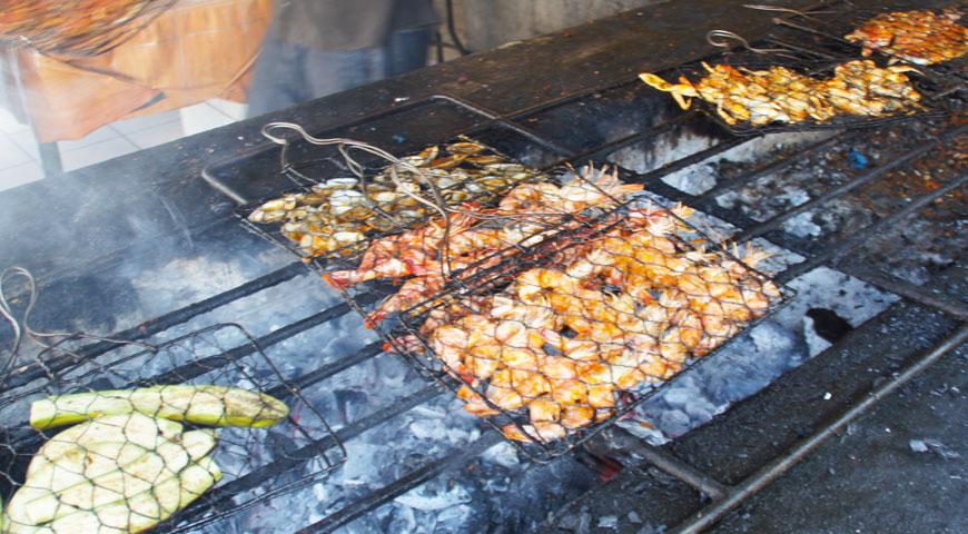 焼き場で美味しそうに焼きあがる魚介類