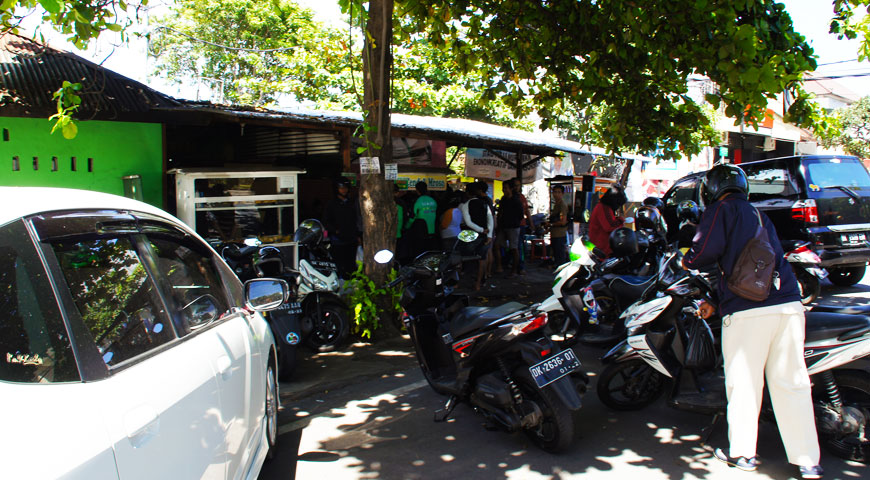 軒先に止まる沢山のバイクと沢山の人