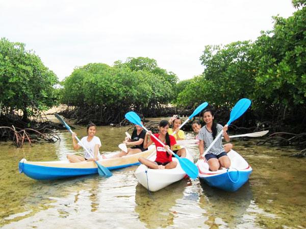 レンボンガン島のマングローブでカヤックを楽しむ女の子