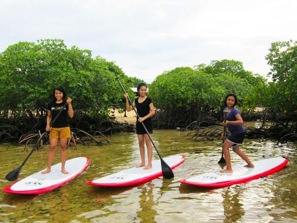 レンボンガン島のマングローブでSUPを楽しむ女の子