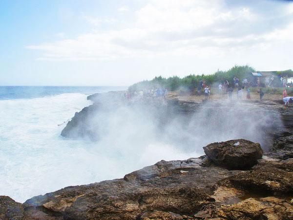 レンボンガン島デビルティアーズに押し寄せる波
