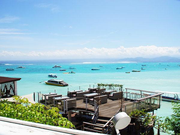 レンボンガン島の海沿いのレストラン