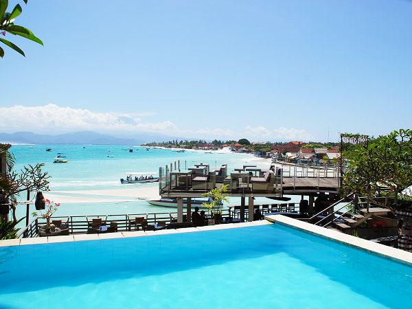 レンボンガン島の海沿いにあるレストラン