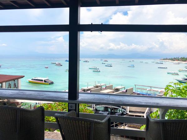 ware restaurantから見るレンボンガンのエメラルドグリーンの海