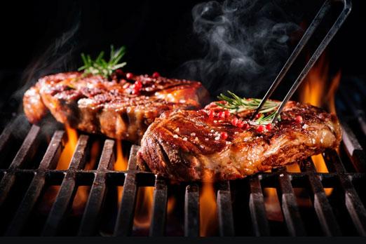 グリルで焼かれる肉