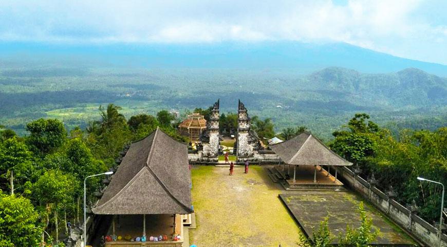 ランプヤン寺院の敷地と割れ門とアグン山