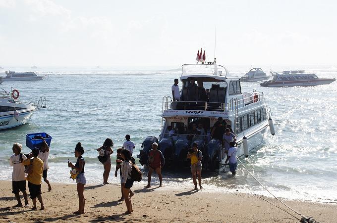 レンボンガン島から帰ってきた高速船とサヌールビーチに降り立つ観光客