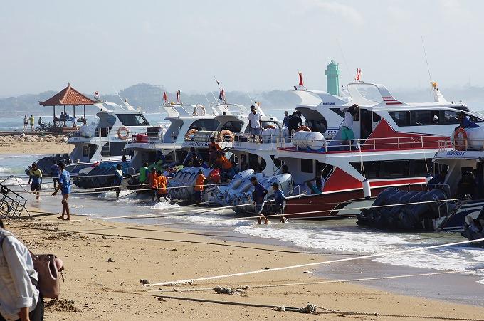 サヌールビーチに停泊する沢山のレンボンガン島へ向かう高速船