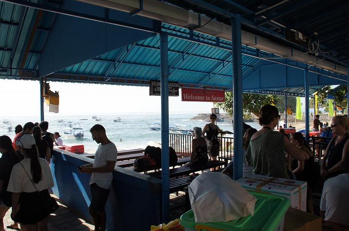 レンボンガン島への出発時間まで待つ沢山の観光客