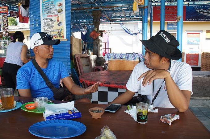 レンボンガン島で人気のWAREルーフトップ&バーレストランのオーナーのWAREさんと会話をするスタパ
