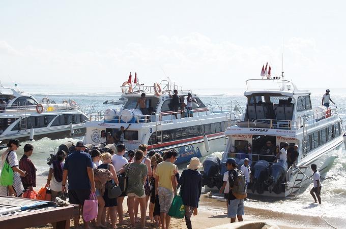 レンボンガン島へ向かう高速船へ乗り込みを開始する観光客