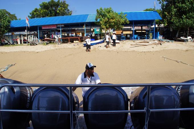 高速船の最後尾から見るサヌールビーチ