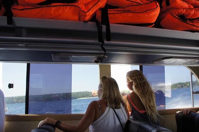 高速船から景色を眺める観光客