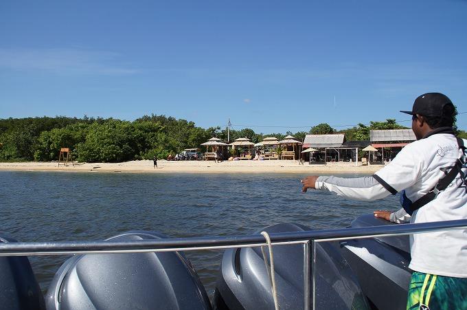 レンボンガン島のビーチへ近づく高速船
