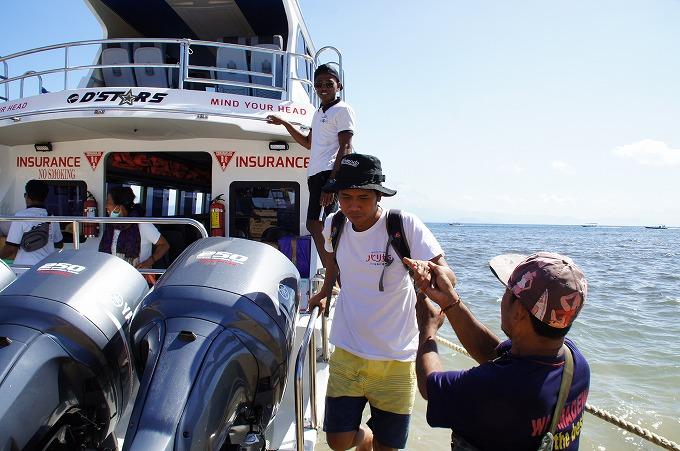 レンボンガン島へ降り立つスタパと手助けをするスタッフ
