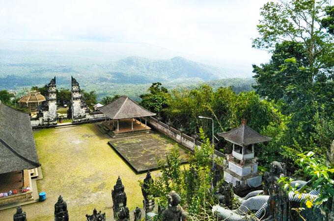 ランプヤン寺院の割れ門を寺院頂上から見る
