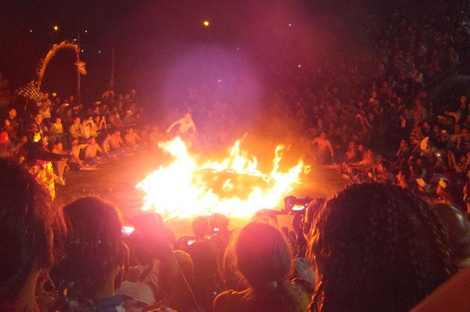 ケチャックダンスのクライマックスで火の海に囲まれるハヌマーン