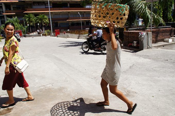 荷物持ちの仕事をする少女