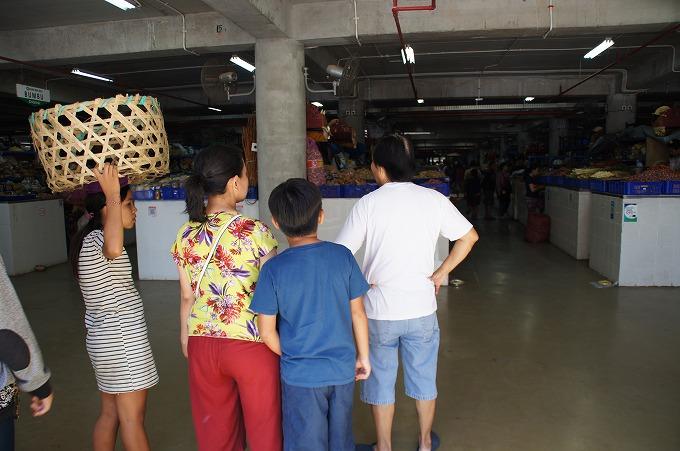市場内を見渡すスナリスタッフ家族