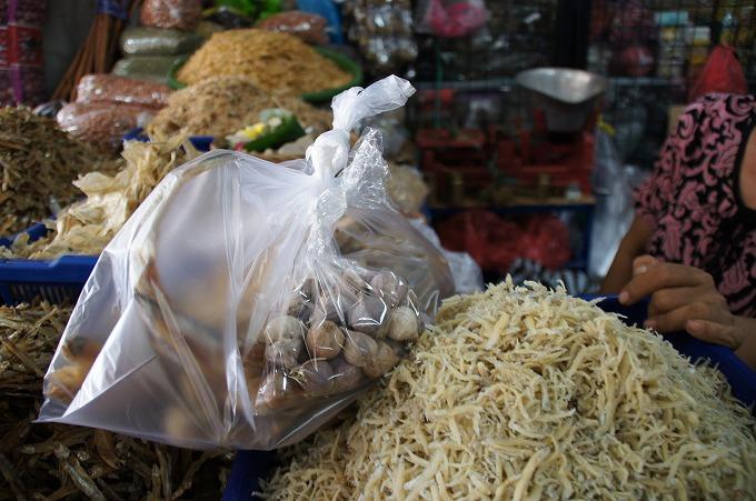ビニル袋に入れられたニンニクと干物