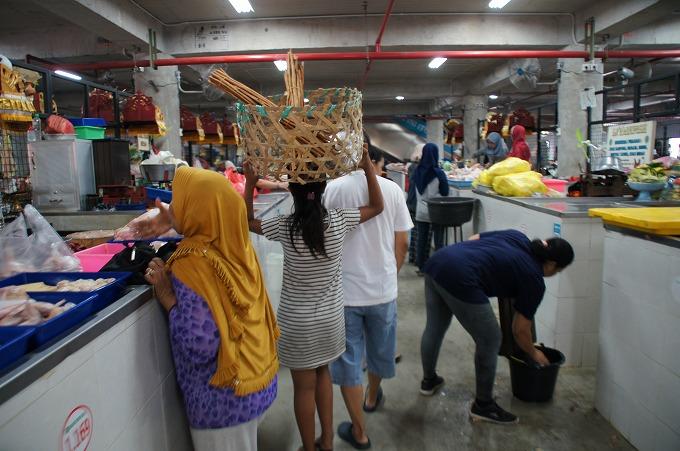 バドゥン市場内の精肉コーナー
