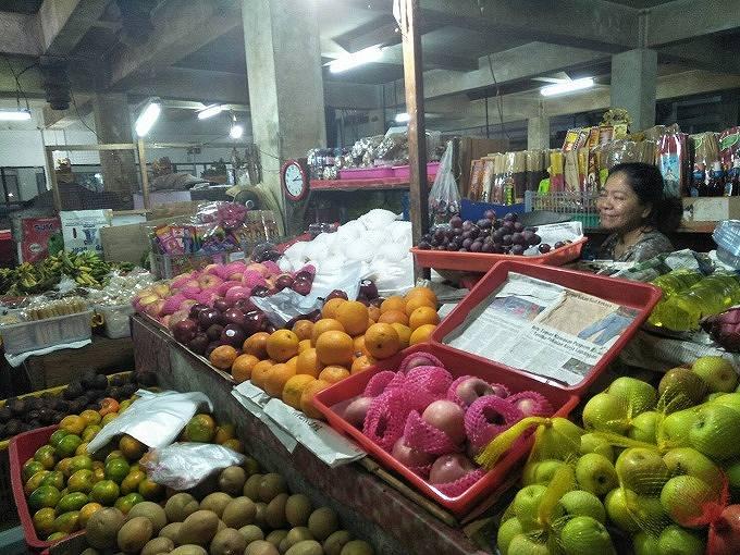 旧バドゥン市場でフルーツを売る人