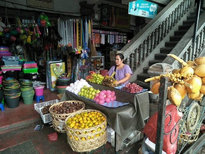 旧バドゥン市場の階段前で商売をする人