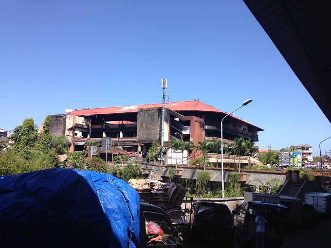 焼け跡のバドゥン市場