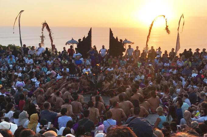 インド洋のサンセットと満席のケチャックダンス