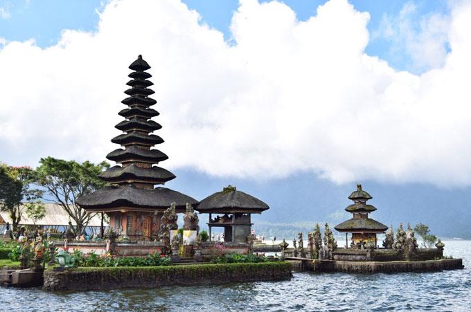 湖に浮かぶウルンダヌブラタン寺院