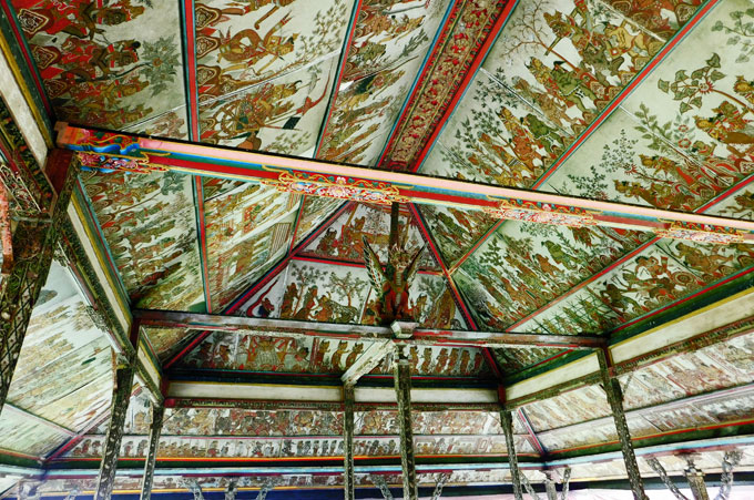 スマラプラ王宮の天井一杯に描かれる絵