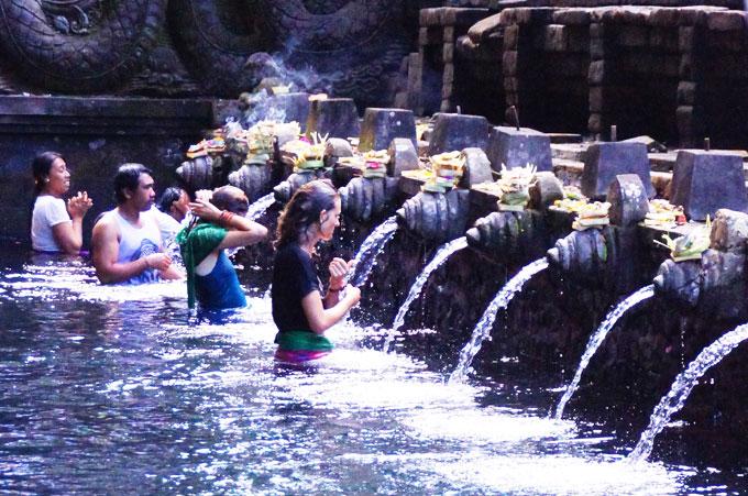 ティルタエンプル寺院で沐浴をする観光客