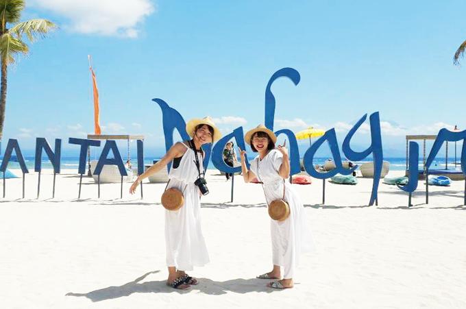 レンボンガン島のビーチで笑顔でポーズをする笑顔のお客様