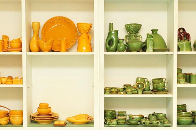 ジェンガラケラミック本店に並ぶ陶器