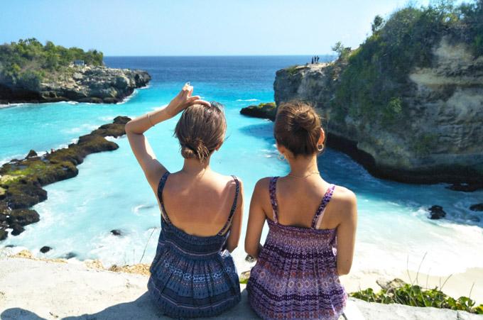 チュニガン島のブルーラグーンと2人のgirls
